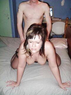 Девушка трахается с несколькими мужчинами и глотает кончу - секс порно фото