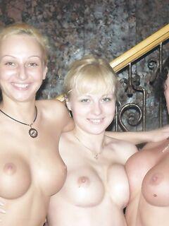 Голые девчата показывают свои сиси во время встречи - секс порно фото