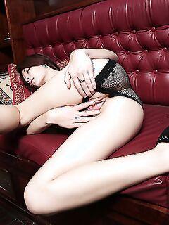 Сногсшибательная азиатка позирует голышом на пароме - секс порно фото