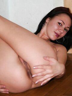 Милая обнаженная брюнетка раздевается у дверей и опускается на пол - секс порно фото