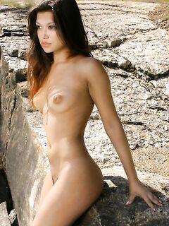 Худенькая красотка лазит по опасным скалам - секс порно фото