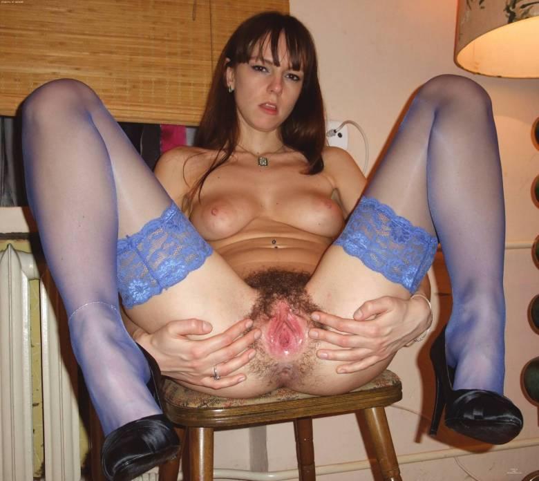 Девка с небритой пилоткой и в разных чулках - секс порно фото