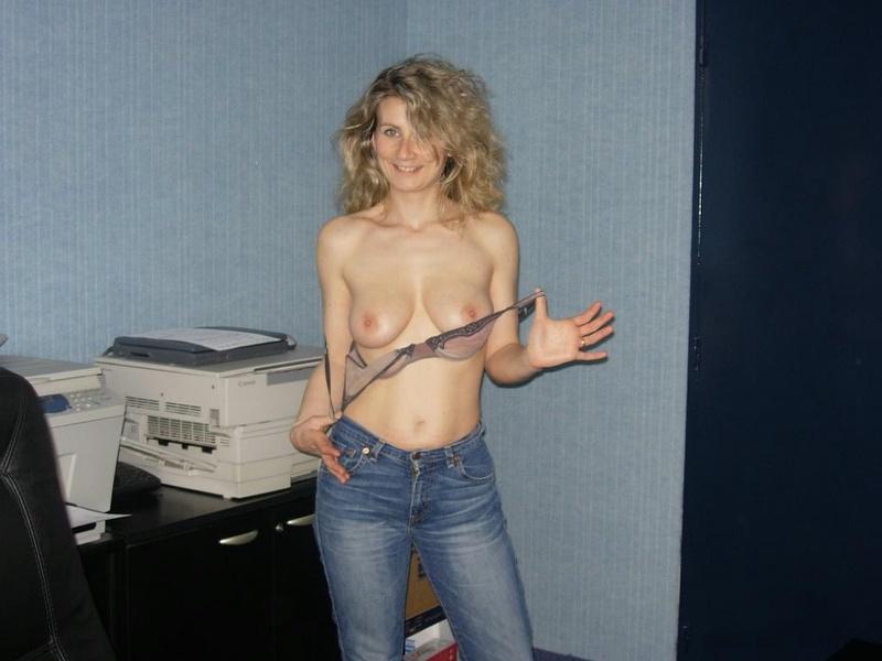 Коммуникабельная дама любит мастурбировать на досуге - секс порно фото