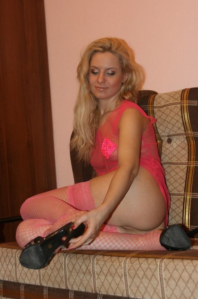 Искушенная блондинка валяется на диване и мерзнет от одиночества - секс порно фото