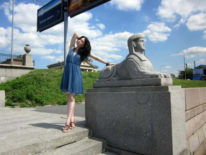 Обнаженная брюнетка гуляет по городским улицам - секс порно фото