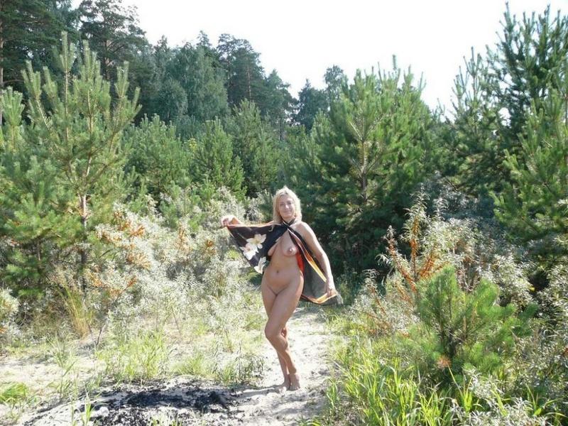 Очаровательная блондинка гуляет по свежему воздуху голышом - секс порно фото