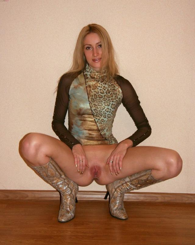 Наглая сучка в чулках, туфельках и сапожках - секс порно фото