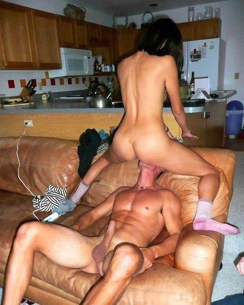 Мужчины замечательно лижут киски сексуальным девушкам - секс порно фото