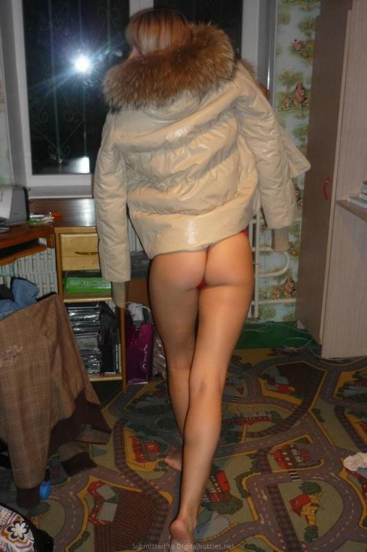 Худая девка позирует у себя на съемной квартире - секс порно фото