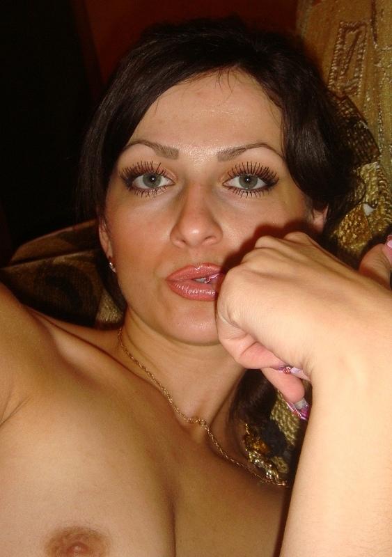 Голенькая брюнетка шалит на удобном диване - секс порно фото