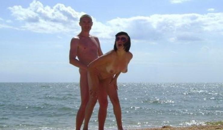 Гламурная кокетка красиво позирует и сосет член на море - секс порно фото
