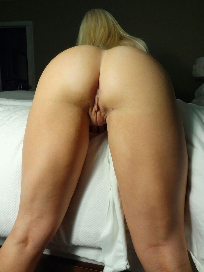 Молоденькие девушки показывают свои упругие попки - секс порно фото