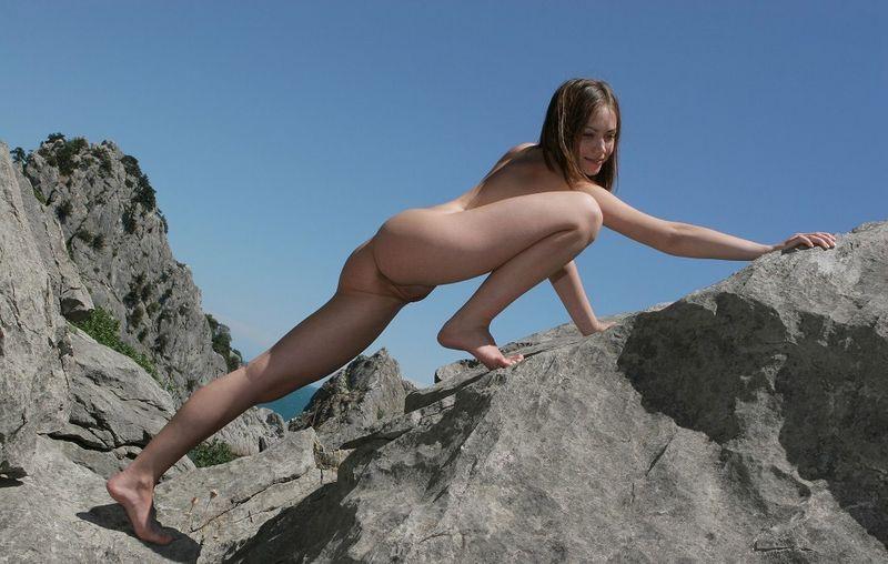 Худенькая девушка позирует на скалах - секс порно фото