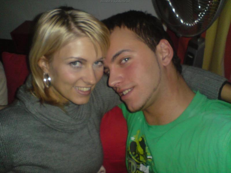 Голая блондинка курит в постели и ласкает член парня - секс порно фото