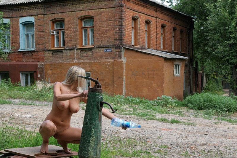 Голая девушка собирается набрать воды в колонке - секс порно фото