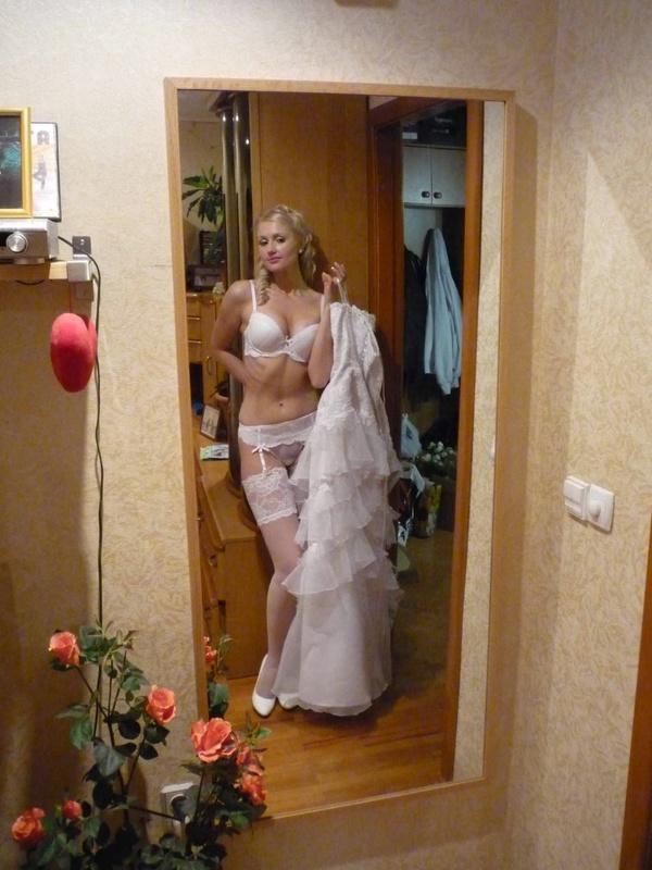 Ошеломляющая девушка в белых чулочках и нижнем белье - секс порно фото