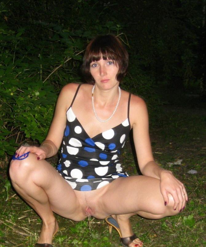 35-летняя нудистка и настоящая нимфоманка гуляет по городу - секс порно фото