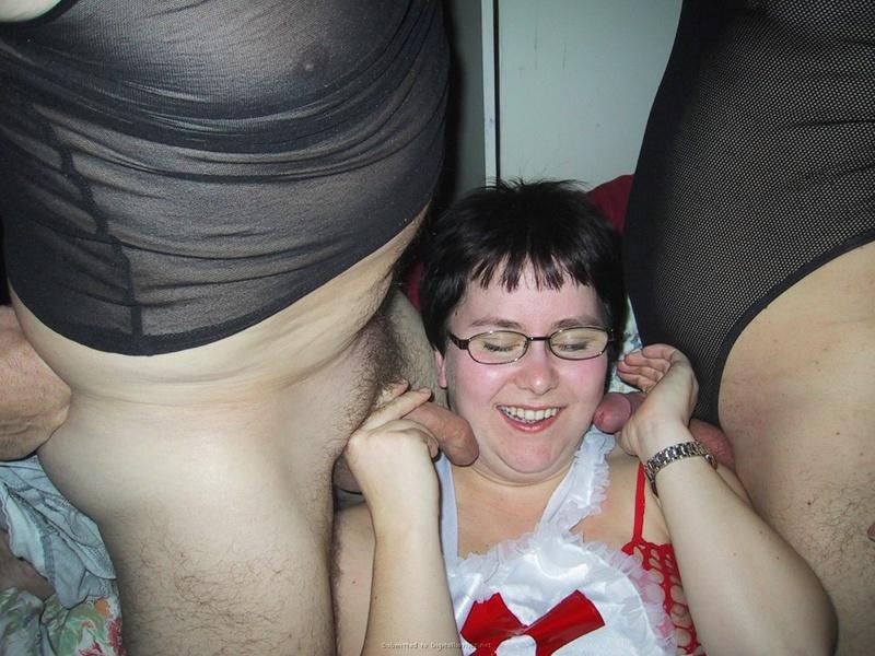 Фетишистка трахается с неопрятными друзьями - секс порно фото