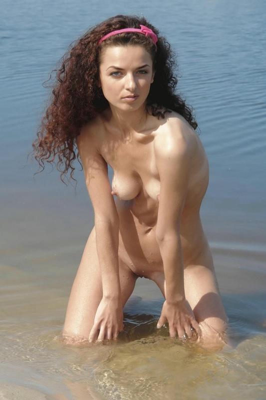 Обаятельная девушка позирует на речке в одиночестве - секс порно фото