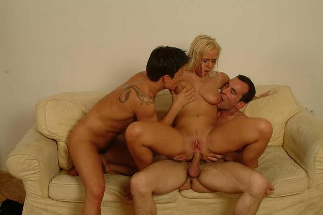 Стервозная блондинка трахается с состоятельными холостяками - секс порно фото