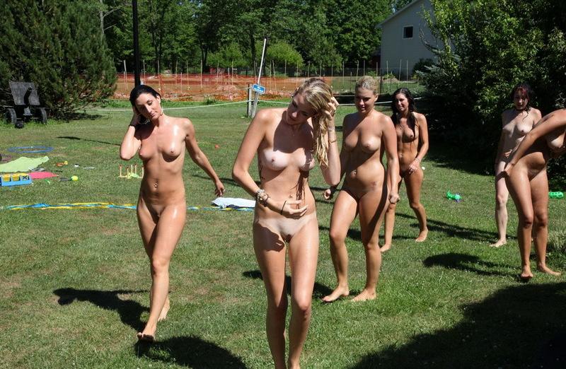 прогуливаются по газонам - секс порно фото