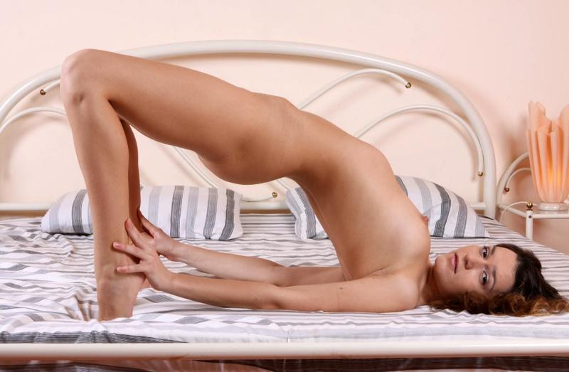 Шустрая девушка позирует на большой новой кровати - секс порно фото
