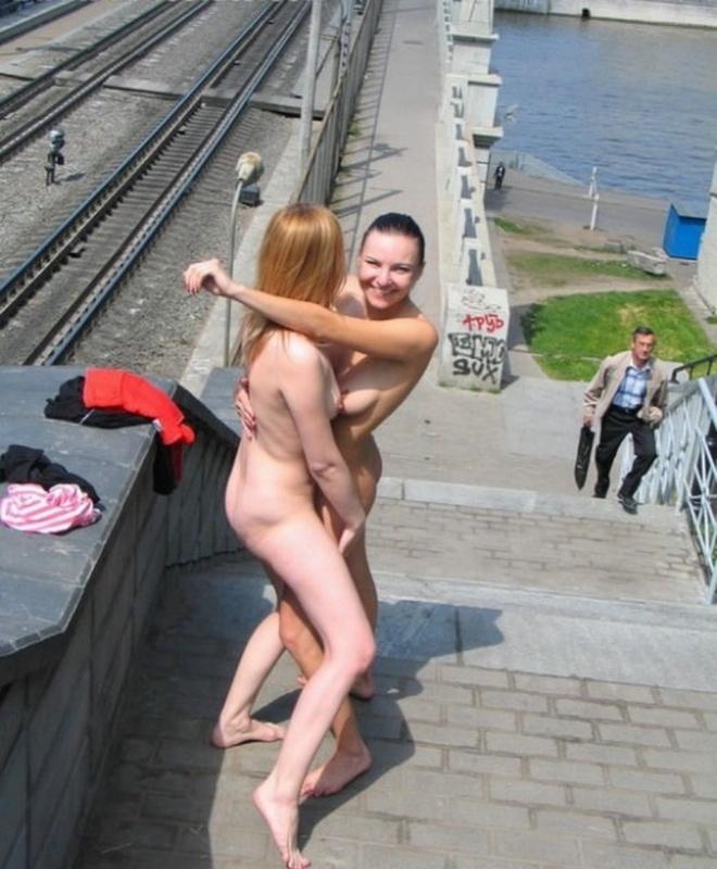 Две лесбиянки занимаются сексом на вокзале и в порту - секс порно фото