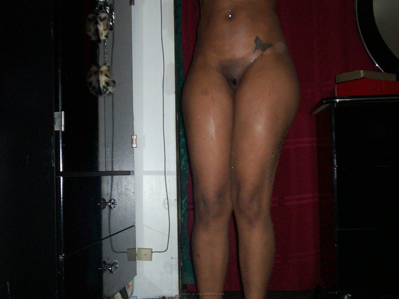 Кокетливая негритянка заигрывает с незнакомцем онлайн - секс порно фото