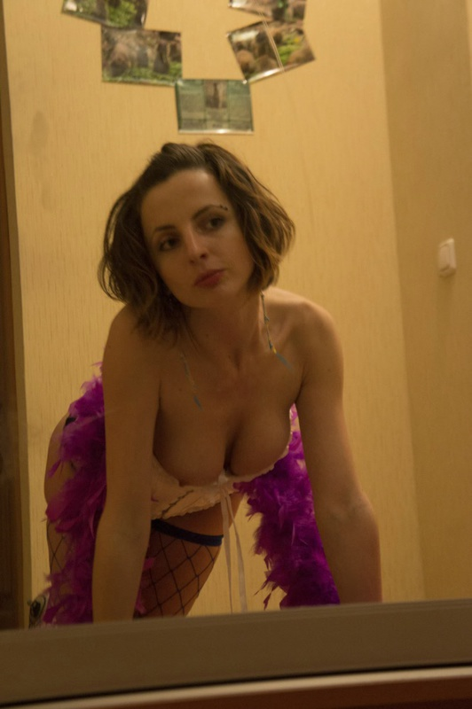 У сексуальной куколки чешется промежность в коридоре - секс порно фото