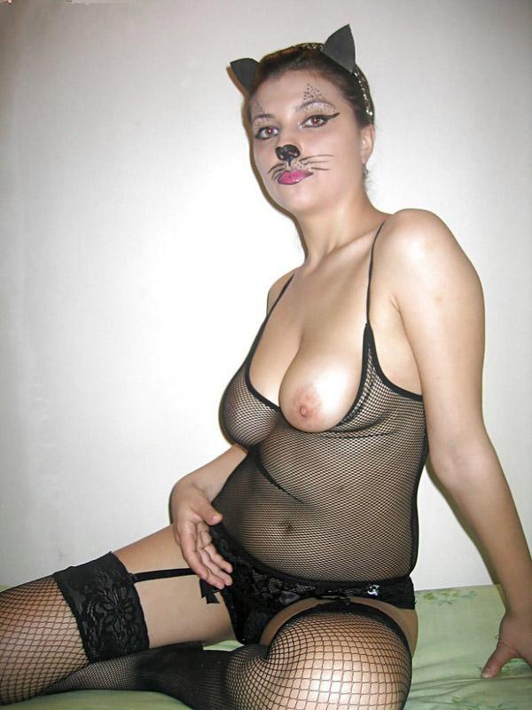 Грудастая дикая телка показывает сладкую киску - секс порно фото