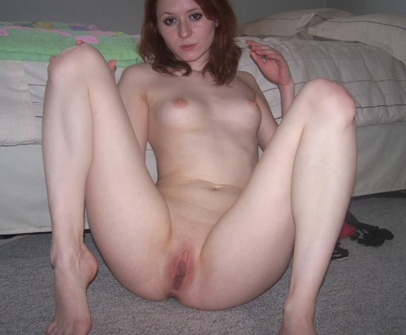 Рыжая девчонка мастурбирует киску пальчиками - секс порно фото