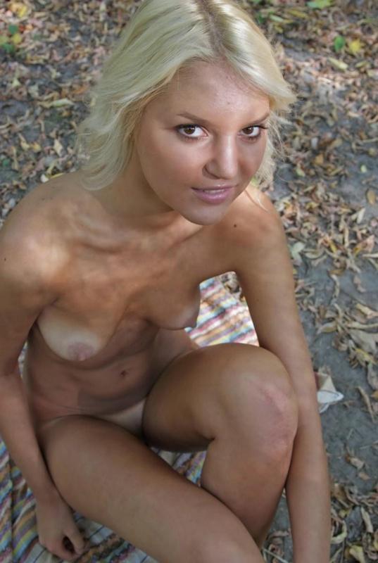 Тощая обнаженная блондинка дышит свежим воздухом - секс порно фото