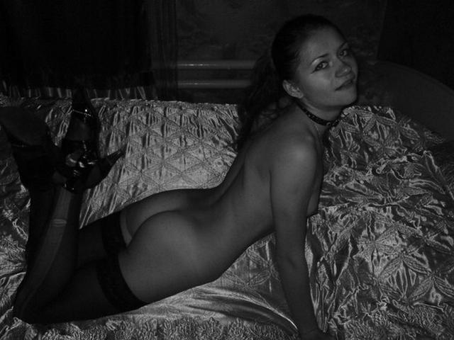 Озорная девушка сосет член полового партнера - секс порно фото
