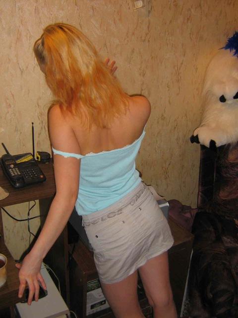 Голая спортивная блонда позирует дома - секс порно фото