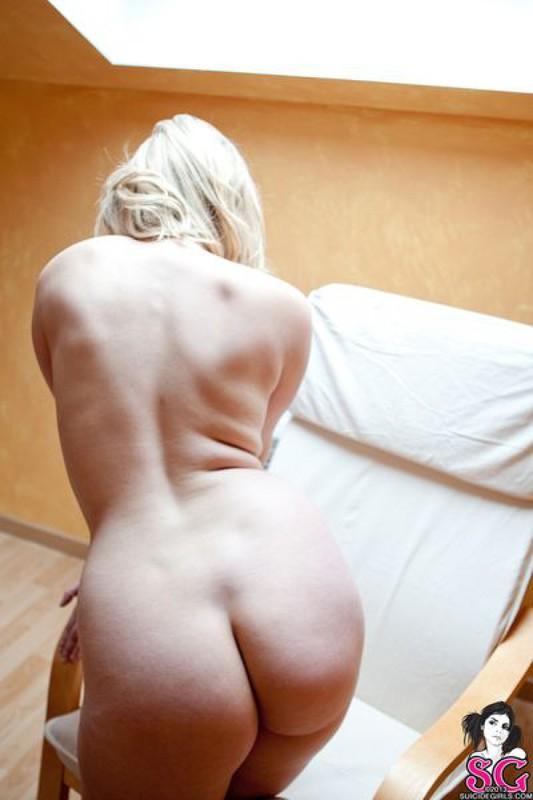 Сочная красавица раздевается на камеру - секс порно фото