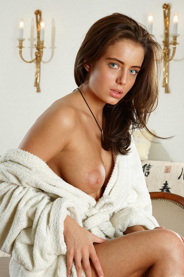 Профессиональная стриптизерша нежно позирует в комнате - секс порно фото