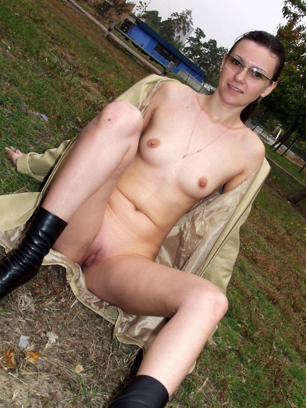 Задирает плащ и показывает голый зад на улице - секс порно фото