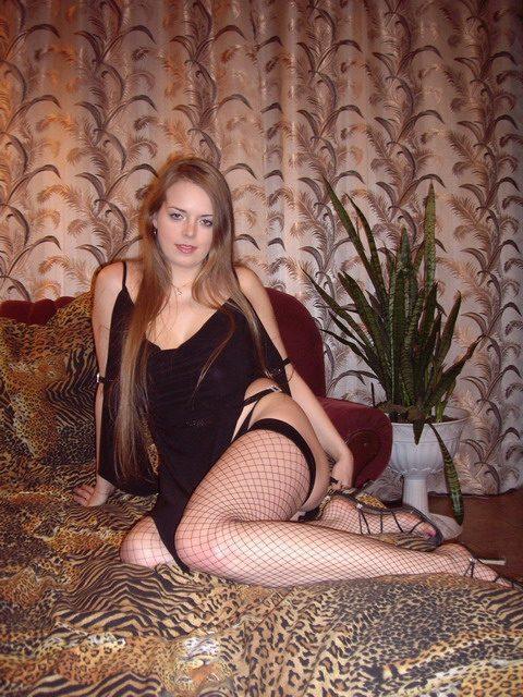 Молодая подруга позирует сначала в нижнем белье потом голая - секс порно фото
