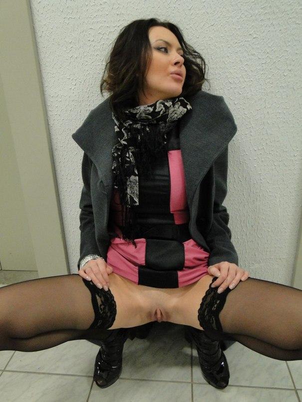 Спортивная красотка выставляет вагину напоказ - секс порно фото