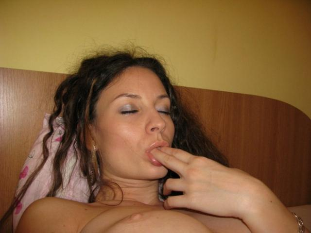Голая брюнетка встает раком - секс порно фото