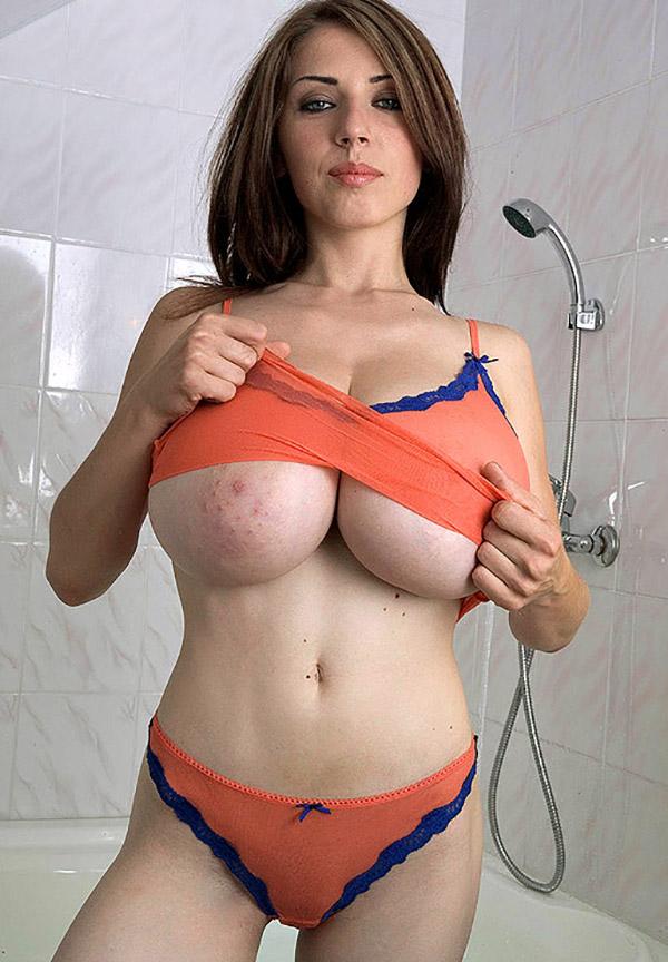 Грудастая мамка сует в трусики пальчики - секс порно фото