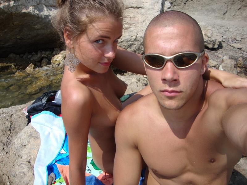 Обнаженная девушка получает загар возле моря - секс порно фото