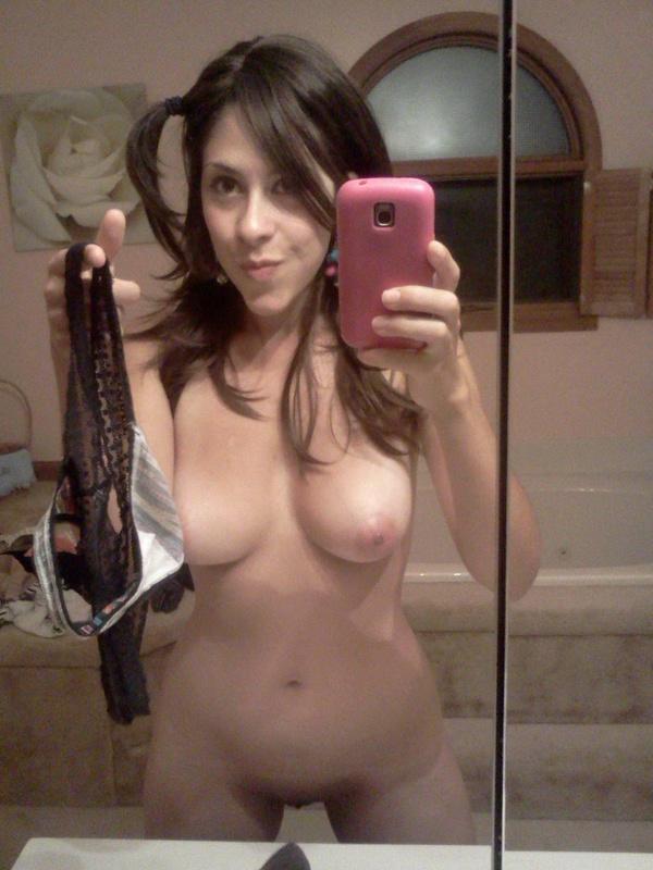Грудастая сучка любит снимать отражение в зеркале - секс порно фото