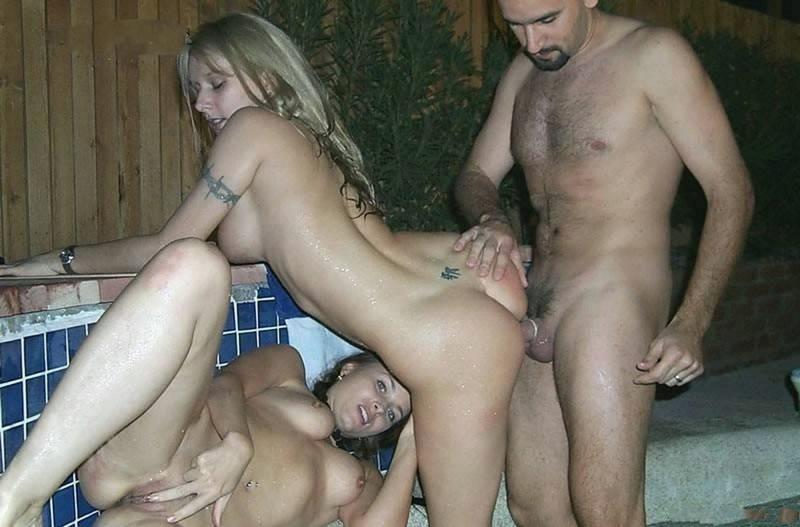 Мужчина трахается с двумя девушками в джакузи - секс порно фото