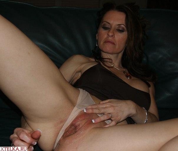 Страстная женщина мастурбирует киску, когда ей скучно - секс порно фото