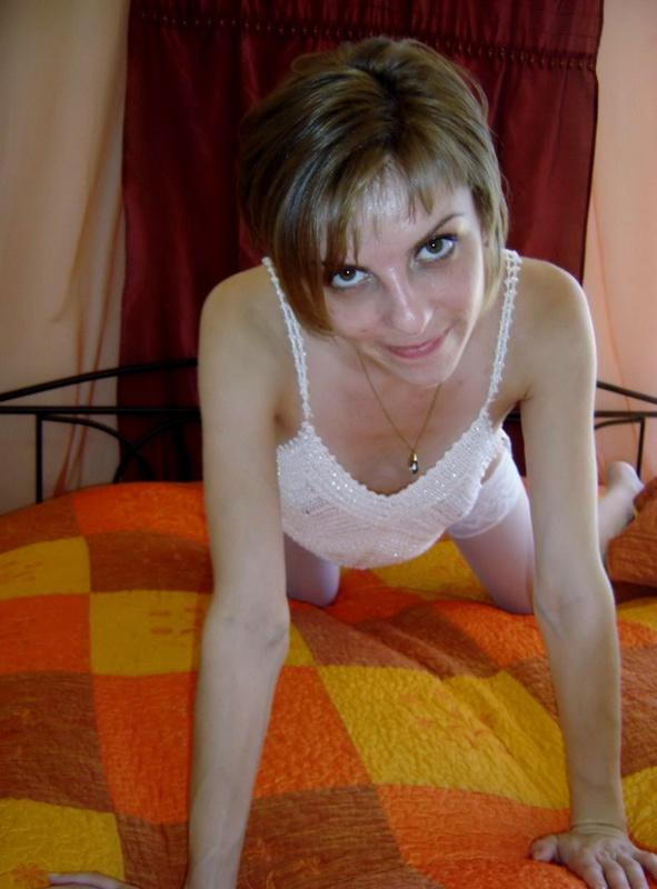 Секси брюнетка крутит попкой в нижнем белье - секс порно фото