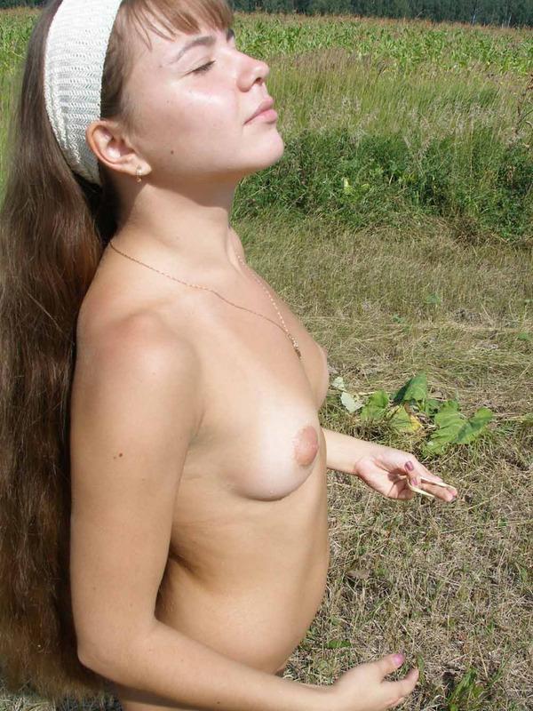 Разделась прямо на поле - секс порно фото