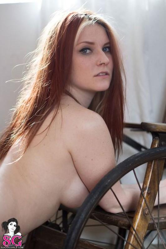 Крашенная девушка позирует голышом впервые - секс порно фото