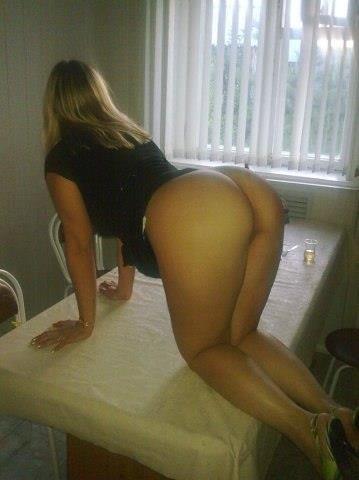 Мужики трахают сексуальных девушек в жопу - секс порно фото