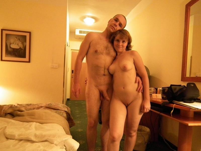 Оральный секс молодой девушки и ее парня на кровати - секс порно фото